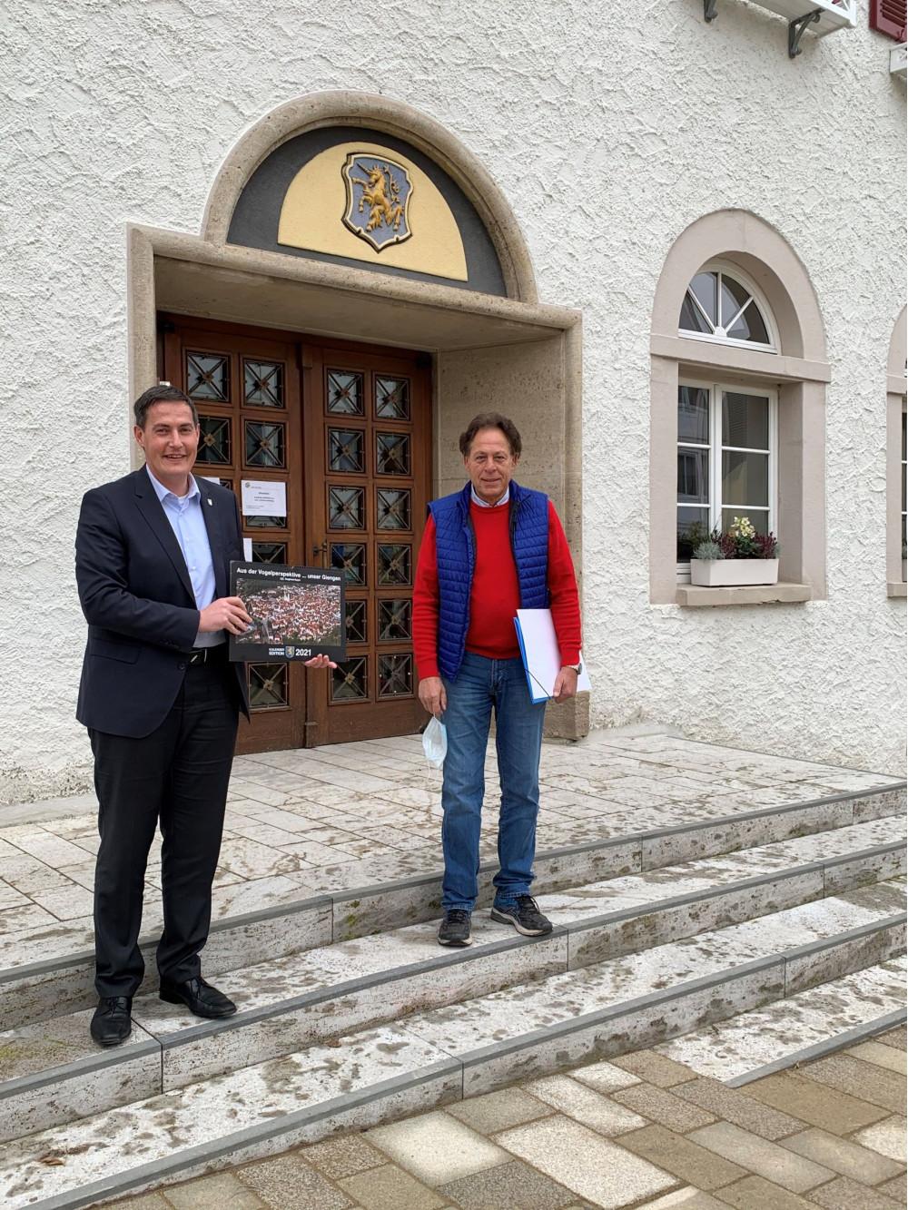 Kalenderübergabe von Herrn Geyer an OB Dieter Henle